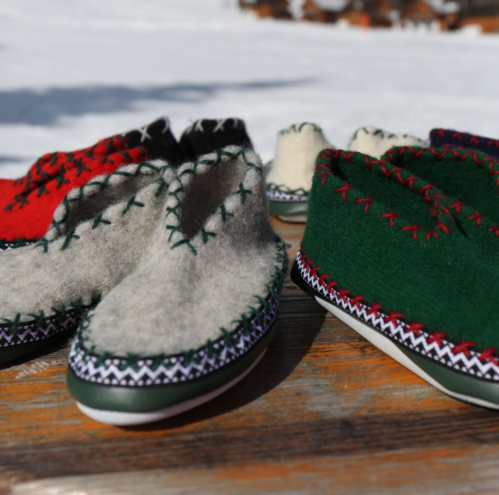 vervilte wollen Tuflaa sloffen in de sneeuw op bartafel